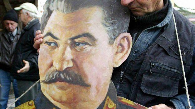 Активист с портретом Сталина