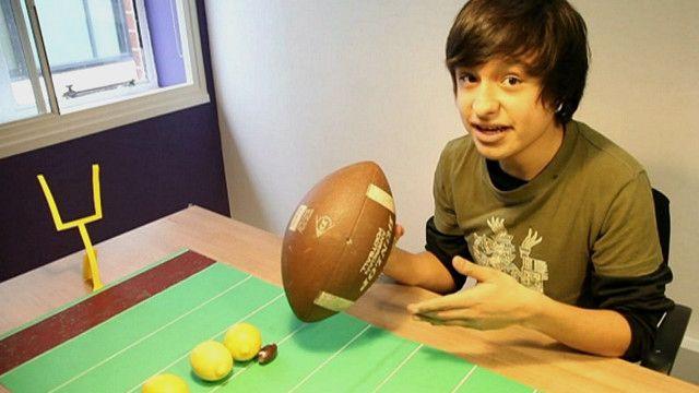 Franco Cuen explicando las reglas del fútbol americano