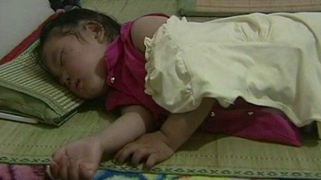 Garotinha chinesa dorme depois de ser salva de queda de cinco andares. Foto: BBC