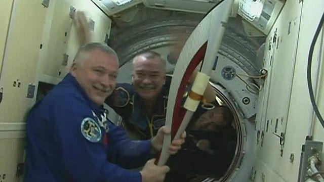 Los tres cosmonautas rusos con la antorcha