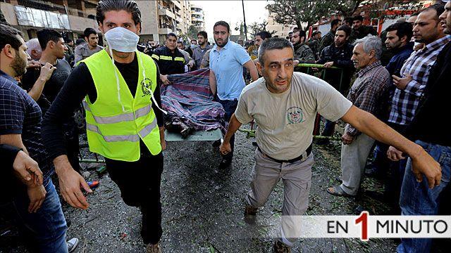Herido en la explosión es transportado en una camilla