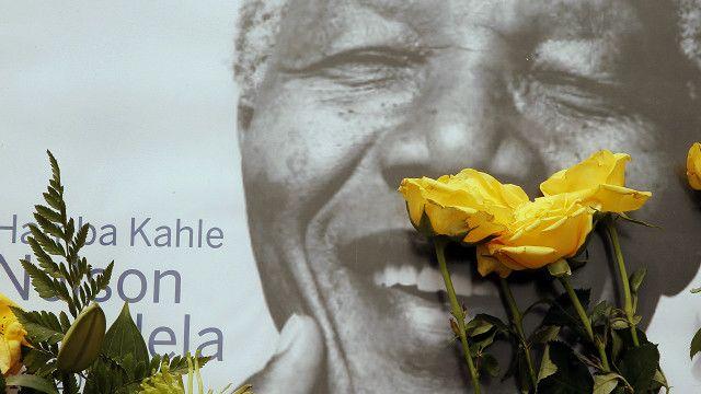 Flores sobre un retrato de Nelson Mandela