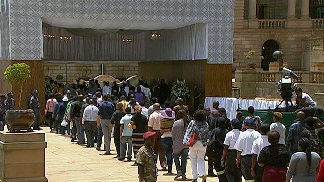 Filas para ver corpo de Mandela reúnem dezenas de milhares (BBC)