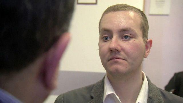 O galês Stephen Power teve sua face reconstruída usando implantes feitos com impressoras 3D (BBC)