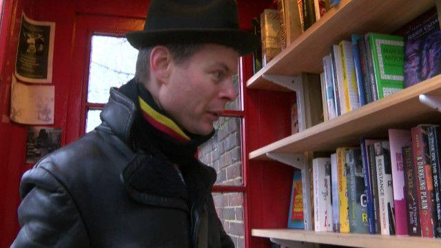 Sebastian Handley na microbiblioteca. Foto: BBC