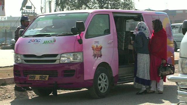Bus merah muda khusus wanita di Pakistan