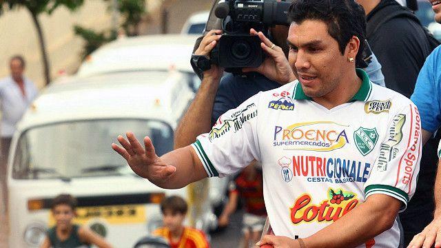 Salvador Cabañas en su presentación del Tanabi Esporte Clube el 2 de abril