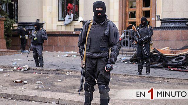 Miembros de la policía especial hacen guardia frente a un edificio en Kharkiv