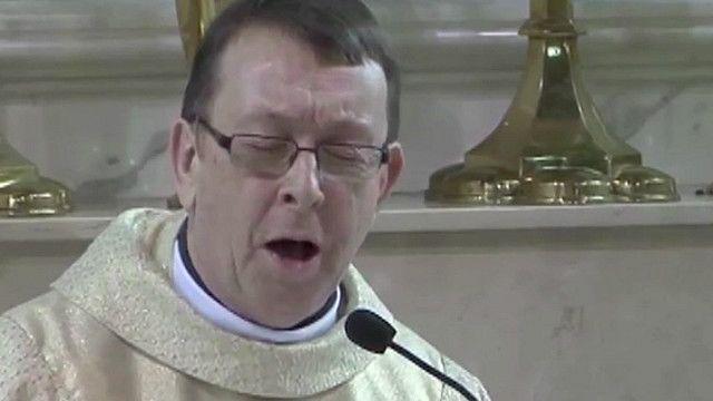 Padre Kelly cantando