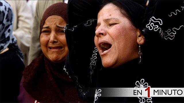 Mujeres lloran tras la sentencia de simpatizantes del presidente destituido