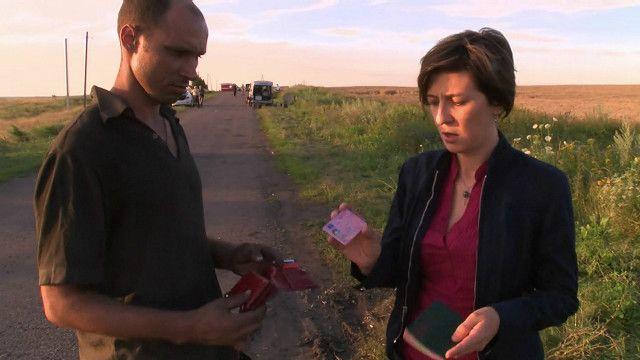 La periodista de la BBC Natalia Antelava recibe documentos de un pasajero del MH17