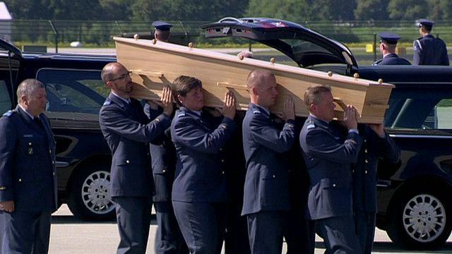 Ataúd con restos de un pasajero del vuelo MH17 en la base aérea de Eindhoven