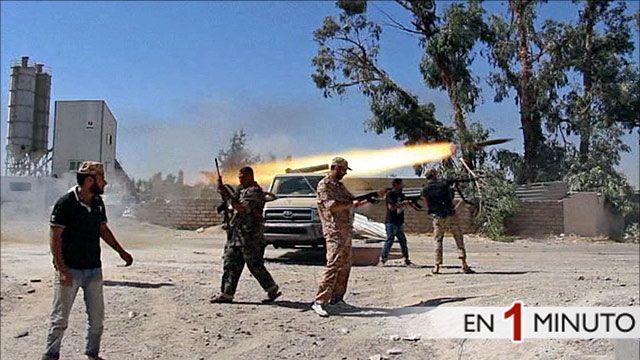 Integrantes de la la brigada islamica Misarata abren fuego contra el aeropuerto de Trípoli