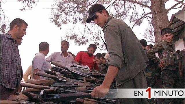 Militantes kurdos inspecionan sus armas