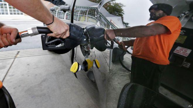 Un hombre pone gasolina