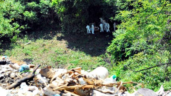 Peritos argentinos buscan a estudiantes desaparecidos en Cocula, Guerrero. Foto: PGR