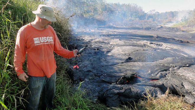 geólogo mide el flujo de lava del volcán Kilauea Hawai