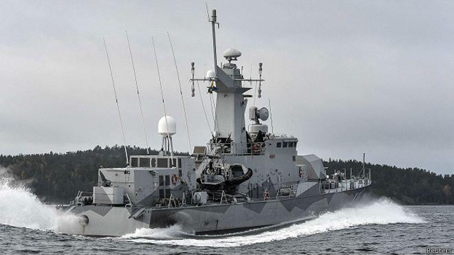 La corbeta sueca HMS Stockholm patrulla en Jungfrufjarden