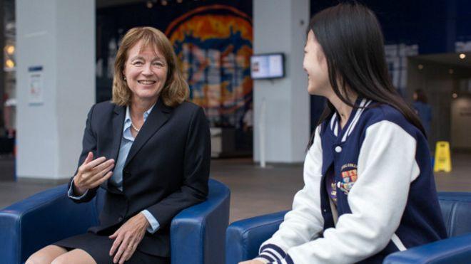 加斯特校长与帝国理工大学的中国学生在一起