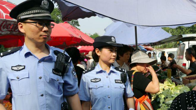 Policías patrullan en la región de Xianjiang