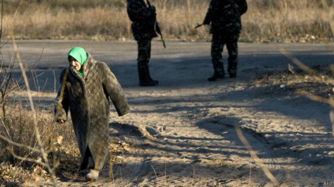 жінка у Луганській області поруч із військовими