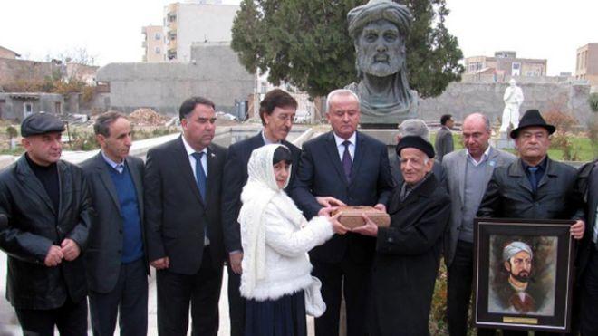 بی بی سی :  انتقال مشتی از خاک آرامگاه غزلسرای تاجیک مدفون در ایران به تاجیکستان