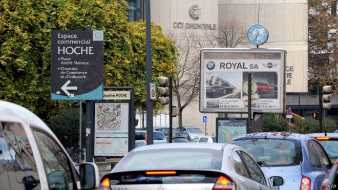 Carteles en las calles de Grenoble.