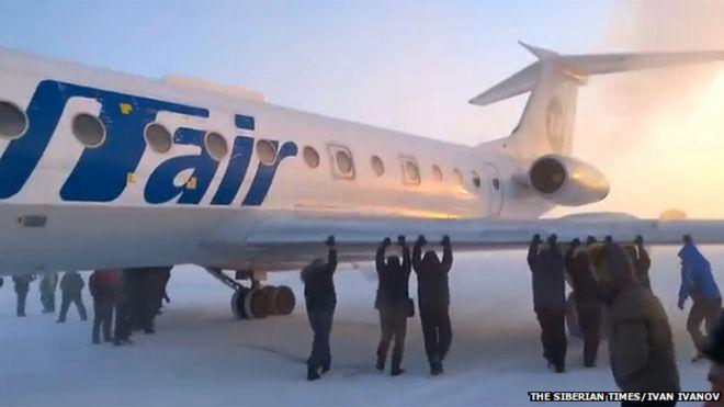 Pasajeros empujan avión en Rusia