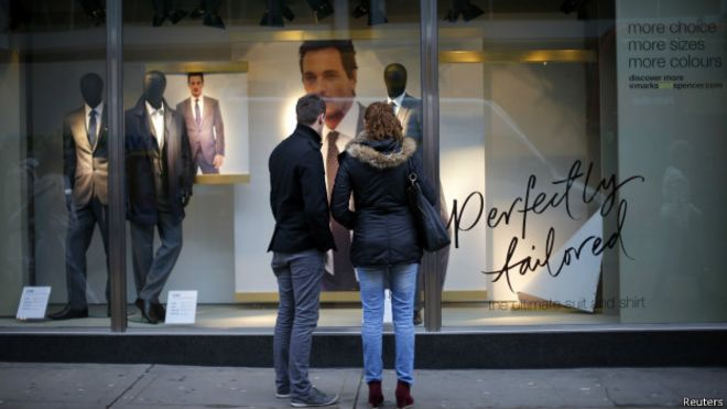 Clientes diante de loja em Londres | Foto: Reuters