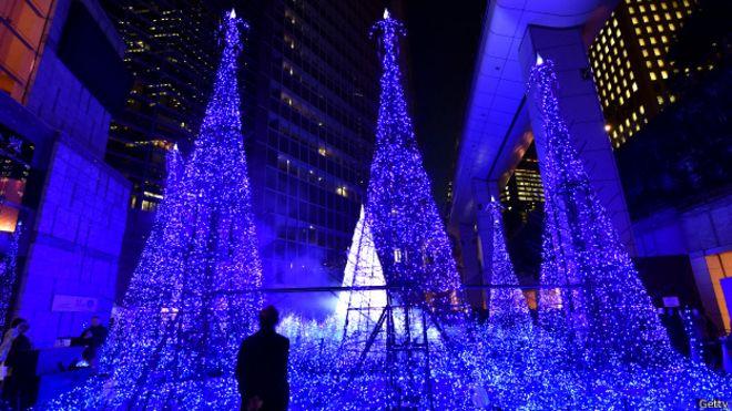 Luces en árboles de navidad en Japón