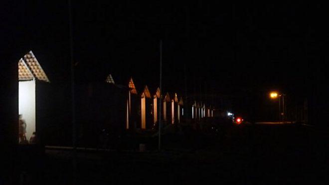 Rua A, no assentamento, às escuras (BBC)
