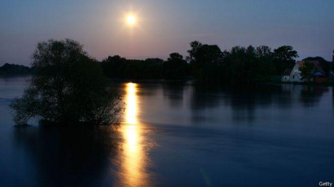 Reflejo de la Luna sobre el agua