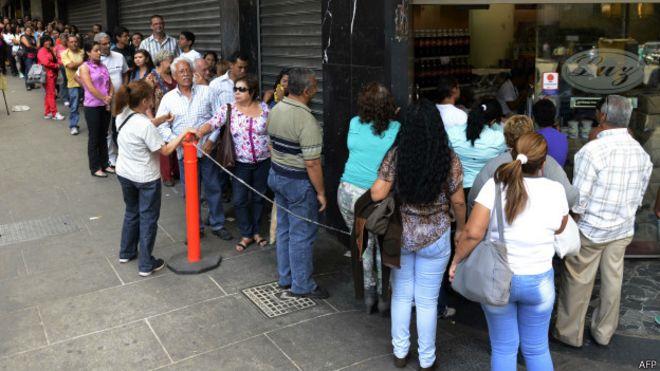 Queda do petróleo agrava escassez de produtos na Venezuela