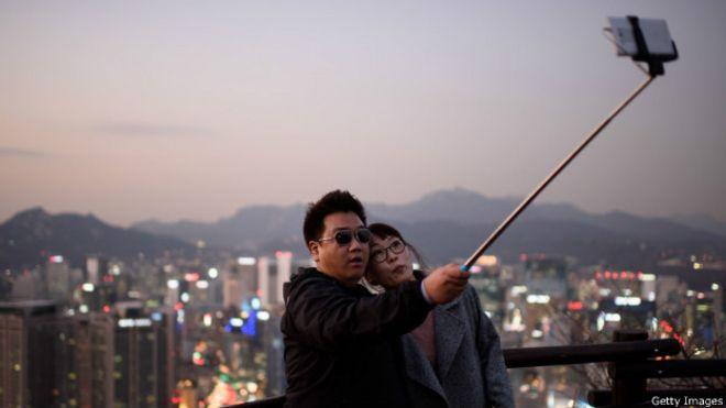 Pareja haciéndose una foto con un selfie stick