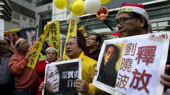 香港支联会示威者到香港中联办要求释放刘晓波(25/12/2014)