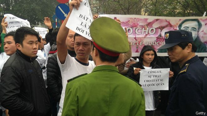 Cảnh sát Việt Nam đối mặt với những người ủng hộ ông Lê Quốc Quân tại phiên xử ông hồi tháng Hai năm 2014