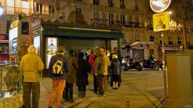 Fila em frente à banca em Paris