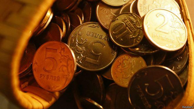 Рублевые монеты в корзинке