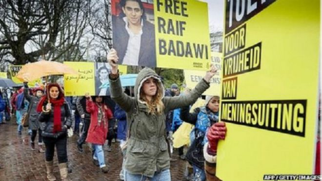 Arabia Saudita vuelve a aplazar los latigazos al bloguero Raif Badawi