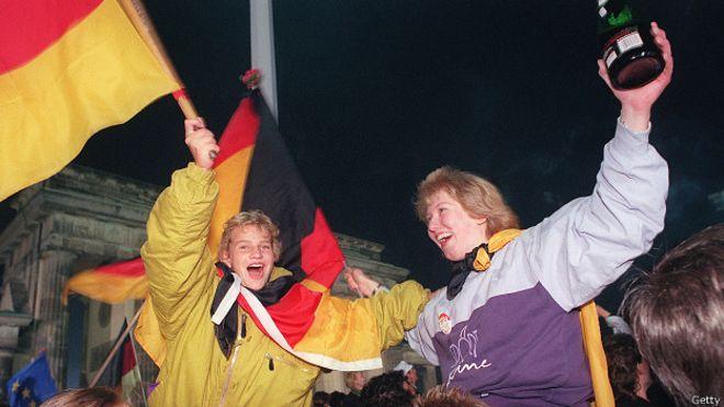 Немцы праздную объединение Германии 3 октября 1990 года