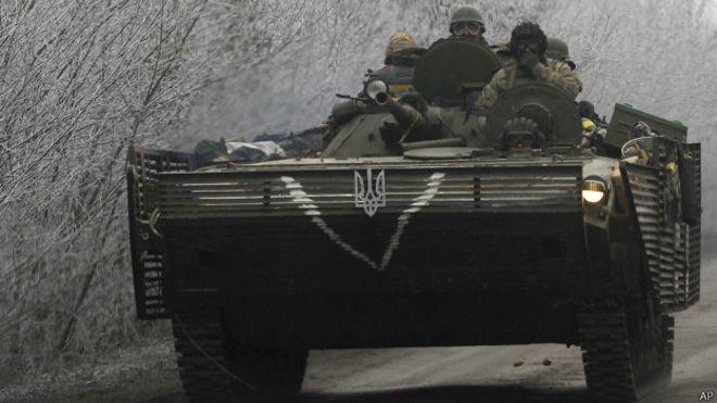 Украинская бронетехника на дороге из Артемовская в Дебальцево 14 февраля 2015 года