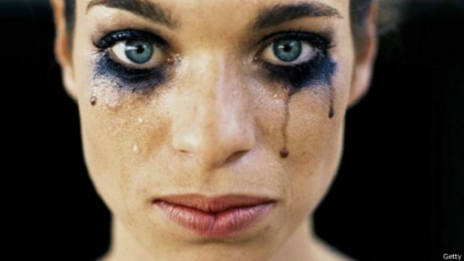 Mujer bella llorando