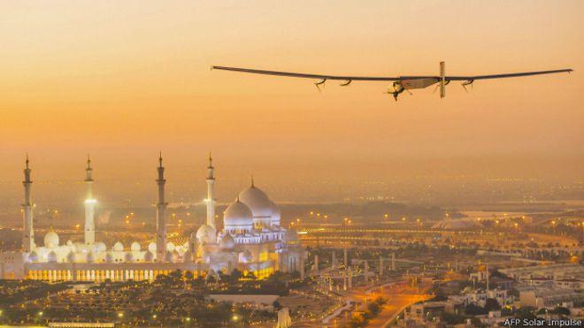 Солнечный самолет в небе над Абу-Даби