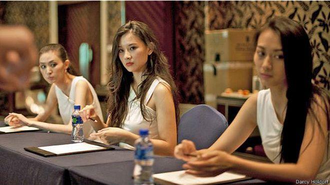 """Участницы конкурса """"Мисс Китай-2014"""" учатся этикету"""