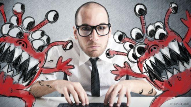 Una persona frente a una computadora con unos dibujos de monstruos