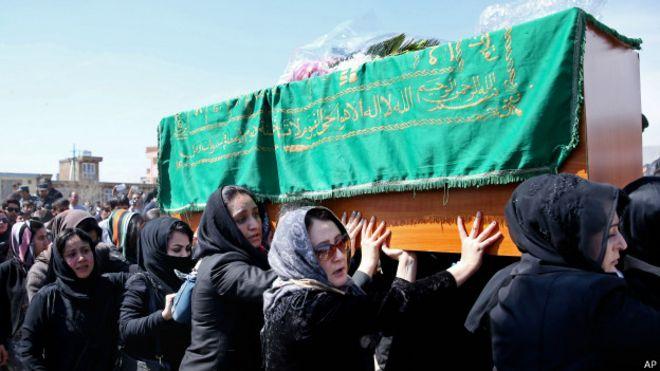 Ativistas afegãs carregam mulher linchada