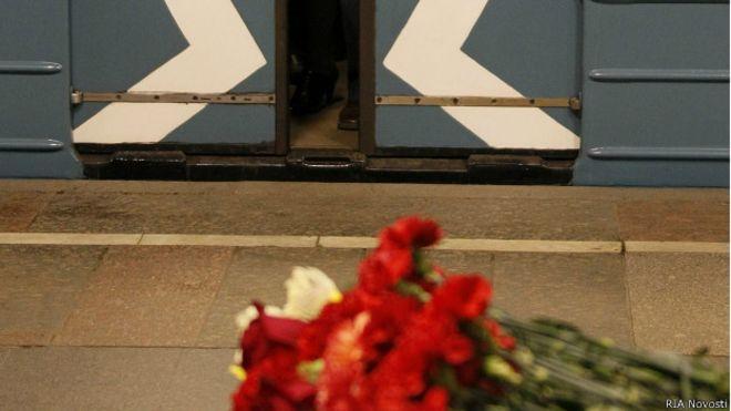 Цветы в память жертв теракта в московском метро на станции