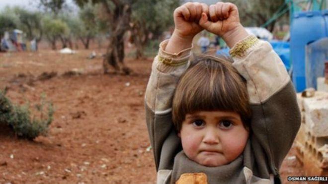 Kisah di balik foto bocah Suriah yang angkat tangan