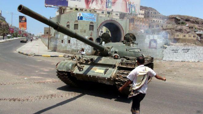Tanque de milícia leal ao presidente iemenita em confrontos em Áden (EPA)