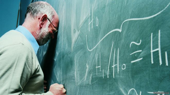 Un profesor se rompe la cabeza tratando de resolver un problema matemático